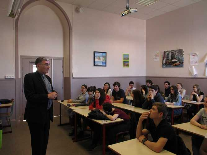 Mgr Moutel en visite au collège lycée Saint-Charles img0059