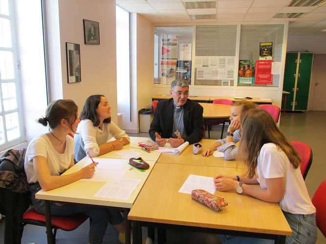 Mgr Moutel en visite au collège lycée Saint-Charles 0